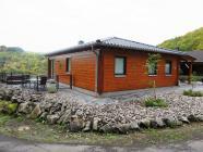 Ferienhaus Merlin - 100 qm Wohnfläche - 2 Schlafzimmer - 2 Badezimmer - Sauna - VDSL/ W-LAN - Kamin - Fußbodenheizung im Feriendorf Rieden Eifel.